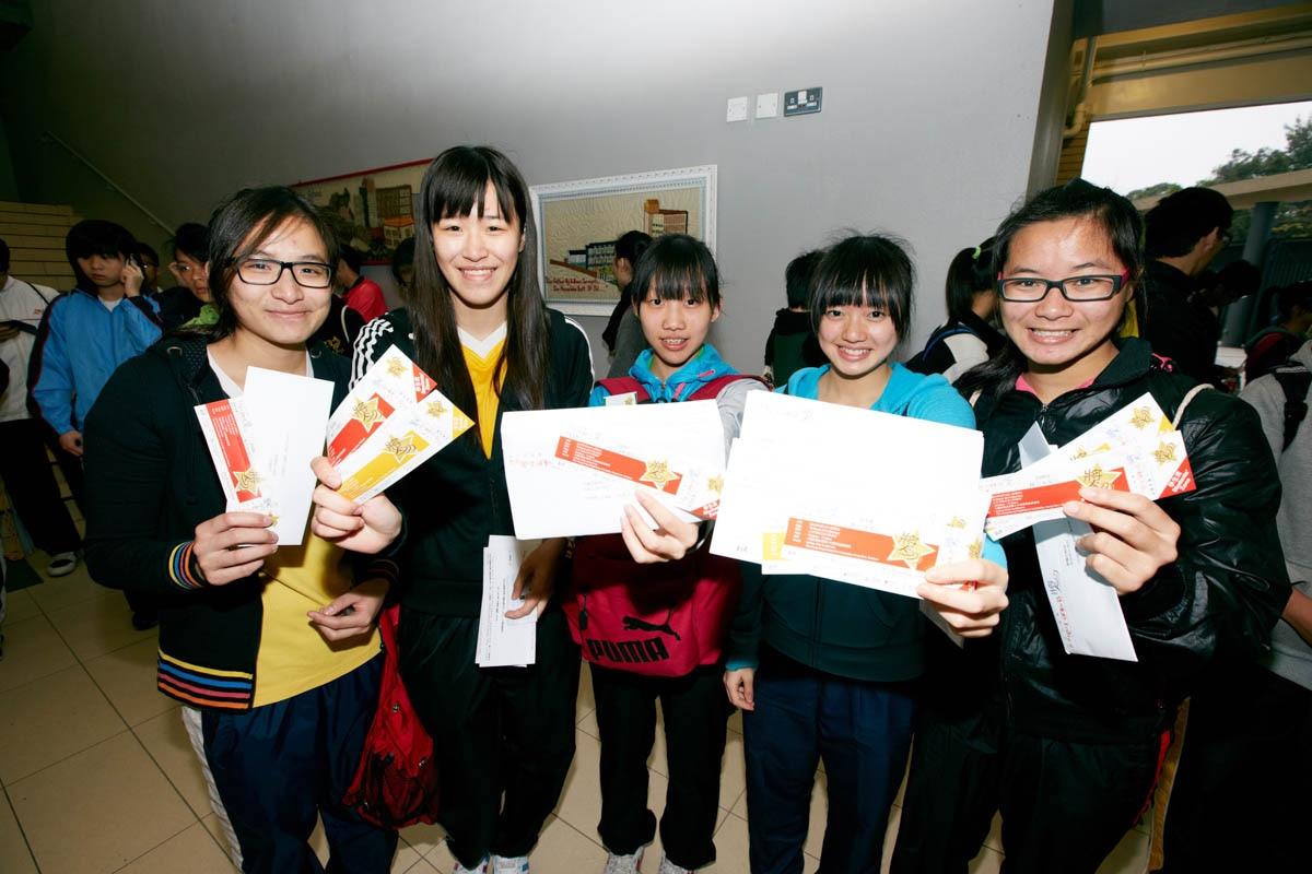 Student get the ticket of Awards Presentation | 同學領取頒獎典禮入場券