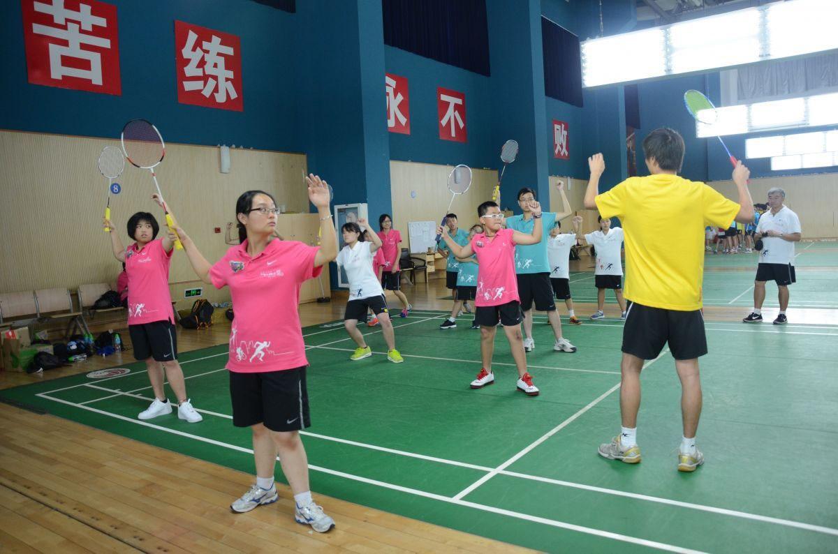 Instructors teach students to play badminton | 導師教導同學打羽毛球技術