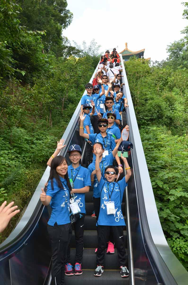 Group photo on escalator | 扶手電梯大合照