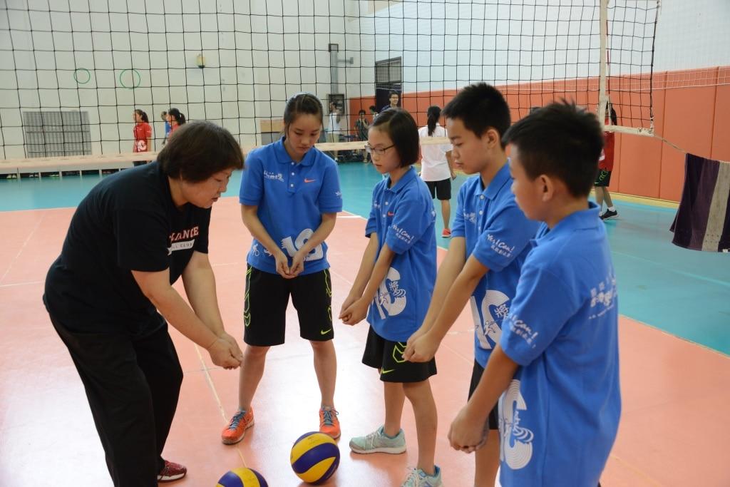 Volleyball coach is teaching basic skills | 教練正在教授排球基本技術