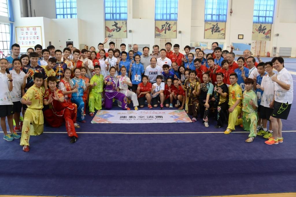 Group photo with Athletes | 與國內運動員大合照